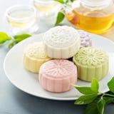 Snöa hudsötsaken och välsmakande mooncakes för traditionell kines royaltyfri fotografi
