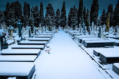 Snöa i kyrkogårdSten Jose Burgos arkivfoton