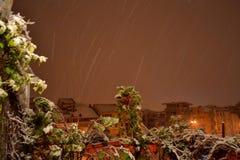 Snöa i stad Arkivfoto
