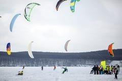 Snöa kiting på en snowboard på en djupfryst sjö royaltyfria foton
