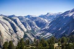 Snöa korkade berg och snöa melten som kör ner i dalen i den Yosemite nationalparken, Kalifornien Royaltyfri Fotografi