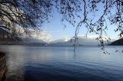 Snöa landskapet, Annecy sjön i vinter, savojkål royaltyfria bilder