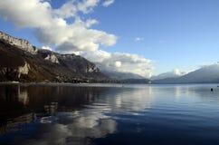 Snöa landskapet, Annecy sjön i vinter, savojkål fotografering för bildbyråer