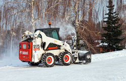 Snöa lokalvårdtrottoarer och gator av staden som täckas in Fotografering för Bildbyråer