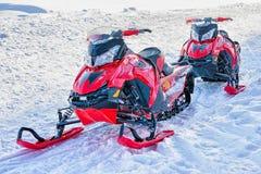 Snöa mobiler på den djupfrysta sjön på vintern Rovaniemi arkivfoto