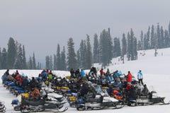 Snöa mobiler uppställda i snöfält i Gulmarg, Kashmir Royaltyfri Foto