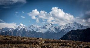 Snöa och vagga bergskedjor Royaltyfri Bild