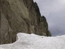 Snöa och vaggar med en härlig struktur royaltyfria foton