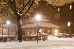 Snöa på den gamla järnvägstationen Arkivfoto