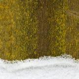 Snöa på ett gammalt trästaket, bakgrund Royaltyfria Foton