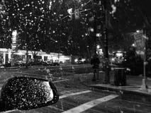 Snöa på natten Arkivbild