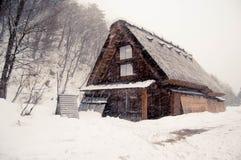 Snöa på Shirakawago Royaltyfri Fotografi