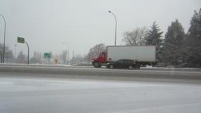 Snöa på vägen stock video
