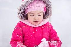 Snöa sagan med den littlepretty flickan i parkera Royaltyfri Fotografi