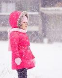 Snöa sagan med den littlepretty flickan i parkera Royaltyfria Bilder