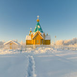 Snöa slingan som leder till en träortodox kyrka Fotografering för Bildbyråer