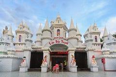 Snöa slotten i nöjesfältet Suoi Tien i södra Vietnam Fotografering för Bildbyråer
