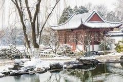 Snöa täckte konstvärlden av röda herrgårdar Royaltyfri Bild