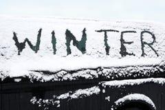 Snöad bil i vinter royaltyfri foto