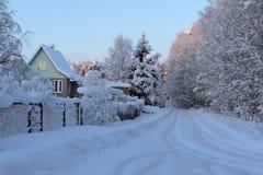 Snöat hus i Ryssland royaltyfria bilder