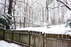 Snöat landskap på trädgård royaltyfria foton