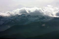 Snöberg i moln Royaltyfria Bilder