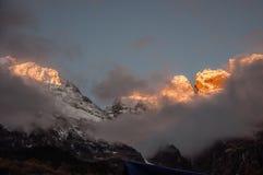 Snöberg i soluppgånghärlighet i Yubeng Arkivbild