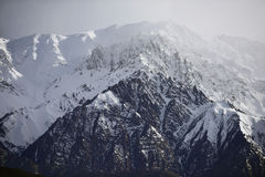 Snöberg med blå himmel från Leh Ladakh Indien Royaltyfri Bild
