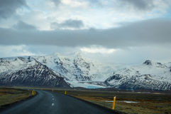 Snöberg och isländska huvudvägar Royaltyfria Bilder
