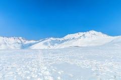 Snöbergen av Tateyama Kurobe som är alpina med blå himmel b Royaltyfria Foton