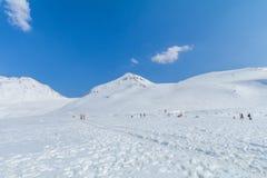 Snöbergen av Tateyama Kurobe som är alpina med blå himmel b Fotografering för Bildbyråer