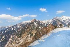 Snöbergen av Tateyama Kurobe som är alpina med lodisar för blå himmel Arkivfoton