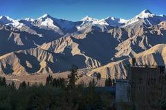 Snöbergskedja i Leh Ladakh Arkivfoto