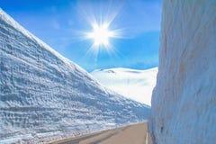 Snöbergväggen av Tateyama Kurobe som är alpin med blå himmel Arkivfoto
