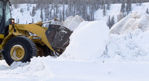 Snöborttagning med laddarmaskineri efter häftig snöstorm Royaltyfria Bilder