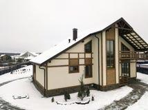 Snöborttagning runt om förorts- hus fotografering för bildbyråer