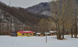 Snöby i det Mohe länet, Kina royaltyfri bild