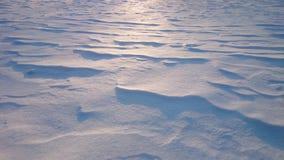 Snödrivor på contre-jourbelysning, solnedgång Royaltyfria Bilder