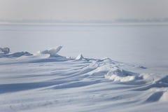 Snödrivor på den djupfrysta sjön Arkivbild