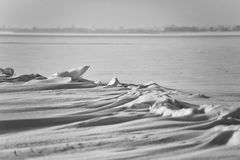 Snödrivor på den djupfrysta sjön fotografering för bildbyråer
