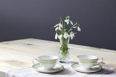 Snödroppar på tabellen buketten blommar fjädern Snödroppebakgrund Våren blommar på trätabellen Ferieskrivbord Ferie fl arkivfoton