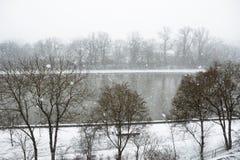 Snöfall över den huvudsakliga floden i den Schweinfurt staden royaltyfri bild