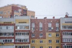 Snöfall över en stad Arkivbild