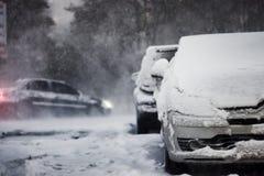 Snöfall häftig snöstorm, storm, ut ur fokus royaltyfri foto