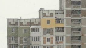 Snöfall i staden Sikt från fönstret till gatasnön Närbild lager videofilmer