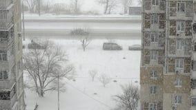 Snöfall i staden Sikt från fönstret till gatasnön Närbild stock video