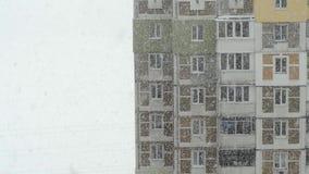 Snöfall i staden Sikt från fönstret till gatasnön Närbild arkivfilmer