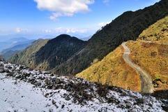 Snöfall på den Dzuluk bergvägen, med berg, Sikkim Arkivfoto