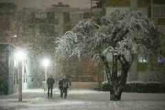 Snöfall på gatorna av Velika Gorica, Kroatien royaltyfri bild