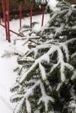 snöfall på julmarknadsplats i adventen december 2 arkivfoto